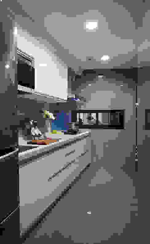 俐落冷調的色系安排,肩負著好整理與個性化的使命 Modern kitchen by 弘悅國際室內裝修有限公司 Modern Glass
