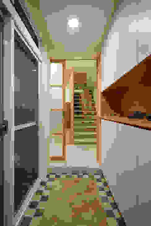 多一個拉門多一個緩衝空間,屋主是熱情的人,鄰居也喜歡聊天,拉上拉門不再一覽無遺,確保其他家人的隱私 Asian style corridor, hallway & stairs by 弘悅國際室內裝修有限公司 Asian Wood Wood effect