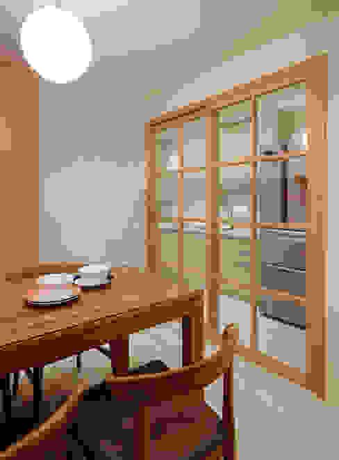 簡潔明亮的廚房與精緻可愛的餐廳由收合自如的拉門阻隔廚房的意味與油煙 Asian style kitchen by 弘悅國際室內裝修有限公司 Asian Wood Wood effect