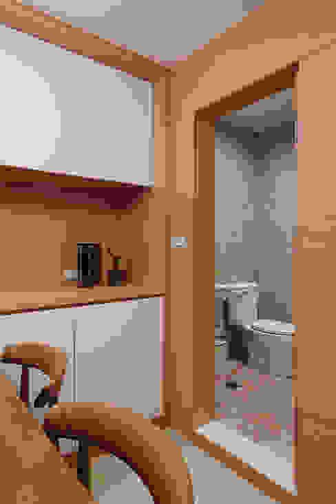 簡單的衛生間藉由隱藏的形式兼顧著實用性 Asian style bathroom by 弘悅國際室內裝修有限公司 Asian Tiles