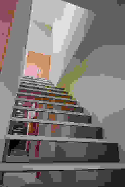 用鏡面減少樓梯的厚度也放大空間的尺度 Asian style corridor, hallway & stairs by 弘悅國際室內裝修有限公司 Asian Glass