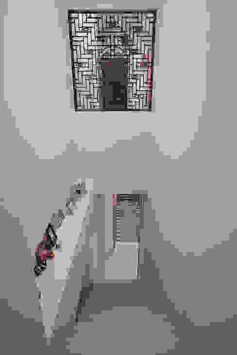 久具歷史的窗花特地被要求一定要保留下來,當房間內拉門拉起也把戶外的光線引進梯間 Asian style corridor, hallway & stairs by 弘悅國際室內裝修有限公司 Asian Solid Wood Multicolored