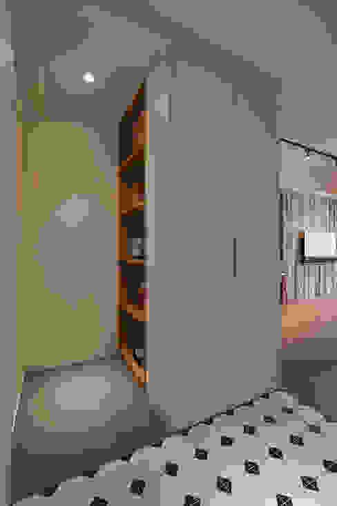Pasillos, vestíbulos y escaleras de estilo escandinavo de 好家空間設計工作室 Escandinavo