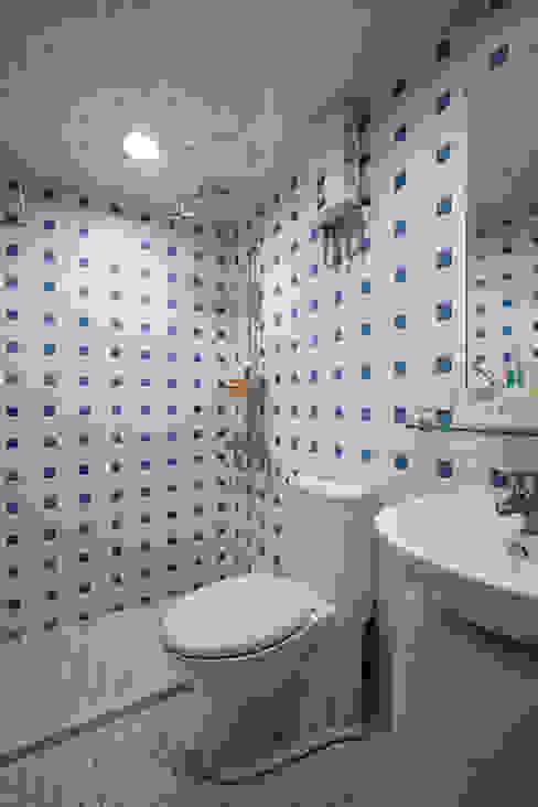 屋主偏好的藍色馬賽克,使用局部避免空間太過冷調 弘悅國際室內裝修有限公司 Country style bathroom Tiles Blue