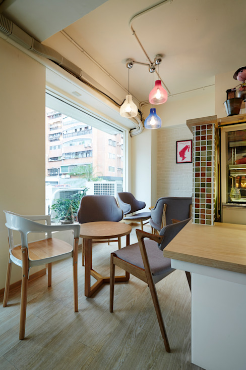 搭配燈具與磁磚,多彩的傢俱與配色 根據 弘悅國際室內裝修有限公司 北歐風 磁磚
