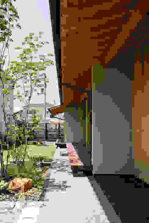 連続する軒裏空間とウッドデッキ 小笠原建築研究室 切妻屋根 無垢材 木目調