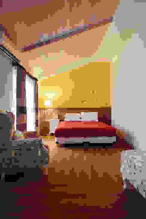 濃郁大膽的配色搭配實木斜天花板,有種農村閣樓的感受 根據 弘悅國際室內裝修有限公司 鄉村風 水泥