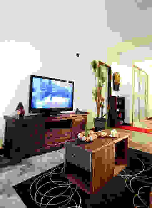 加點現代感的玻璃取得更為平衡的視覺感:  客廳 by 弘悅國際室內裝修有限公司,