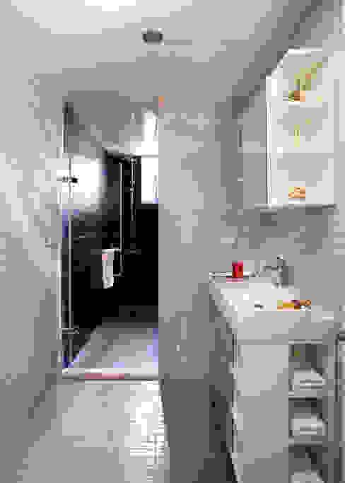 分隔為淋浴區與衛生區的乾濕分離讓淋浴的空間有浴池的放鬆感 根據 弘悅國際室內裝修有限公司 簡約風 磁磚