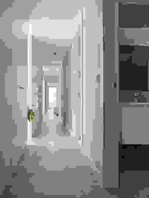 ADDOMO Pasillos, vestíbulos y escaleras modernos
