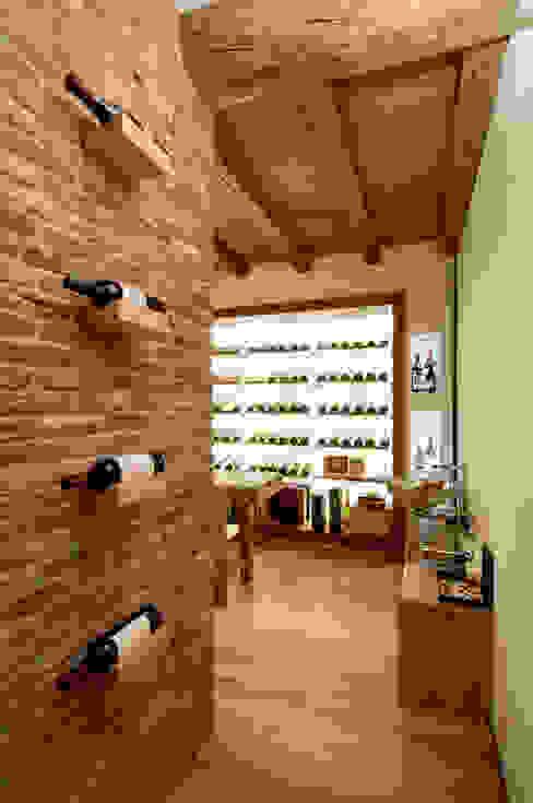 Ruang Penyimpanan Wine/Anggur Modern Oleh STIMAMIGLIO conceptluxurydesign Modern Batu Bata