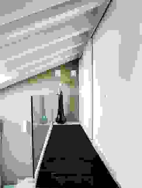 Ballatoio piano primo. Ingresso, Corridoio & Scale in stile moderno di Daniele Franzoni Interior Designer - Architetto d'Interni Moderno Vetro