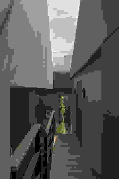 Casa AR Pasillos, vestíbulos y escaleras modernos de ARCO Arquitectura Contemporánea Moderno