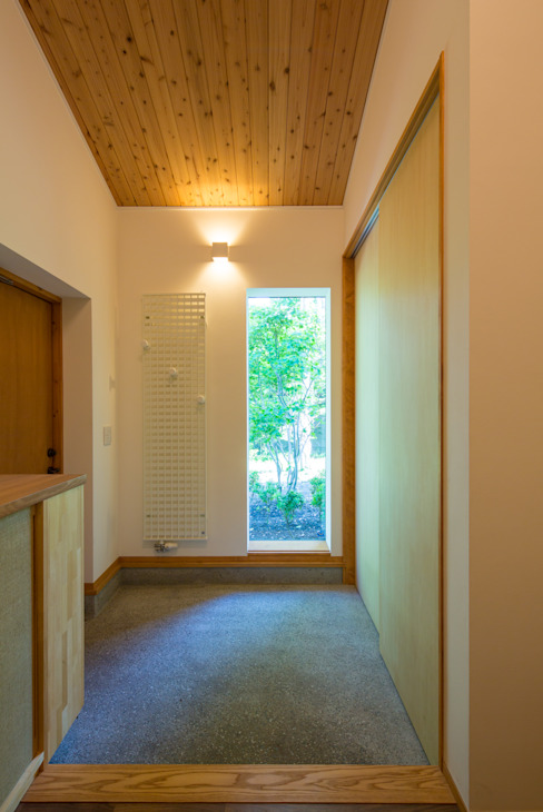 軽井沢 モリキズナの家/新築住宅: 一級建築士事務所 アトリエ カムイが手掛けた廊下 & 玄関です。
