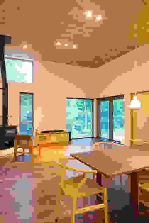 軽井沢 モリキズナの家/新築住宅 和風デザインの リビング の 一級建築士事務所 アトリエ カムイ 和風 木 木目調