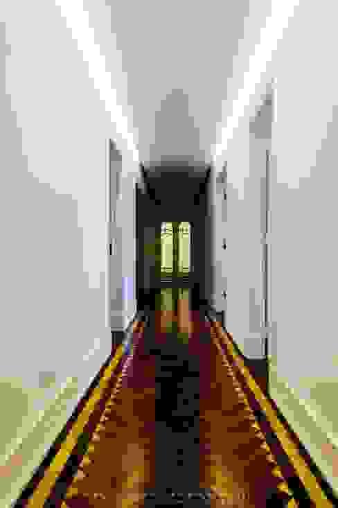 Couloir, entrée, escaliers originaux par homify Éclectique