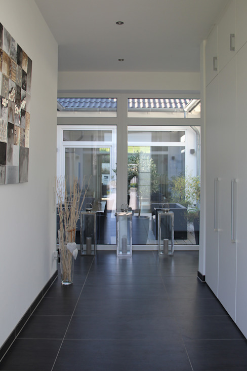 Pasillos y hall de entrada de estilo  por Klaus Mäs Architektur, Moderno
