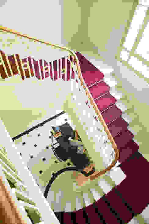 Escaleras Escuelas de estilo clásico de RENOarq Clásico Mármol