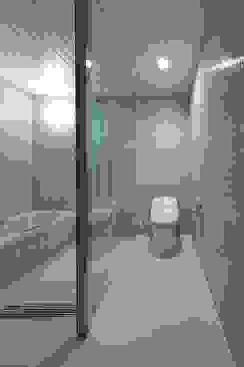 ゲスト用の浴室 homify ミニマルスタイルの お風呂・バスルーム タイル 青色