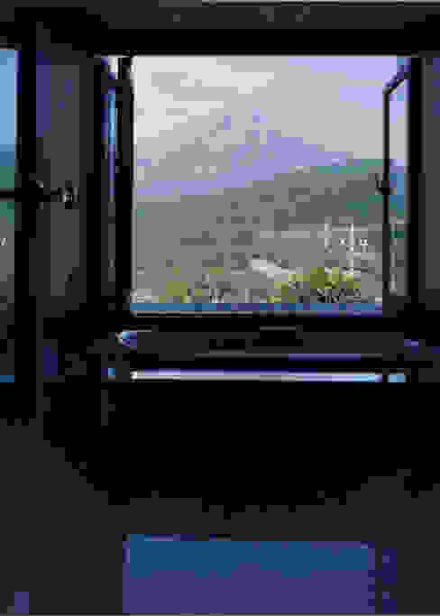 富士山を見ながら入るジャグジー: 株式会社ラウムアソシエイツ一級建築士事務所が手掛けたスパ・サウナです。