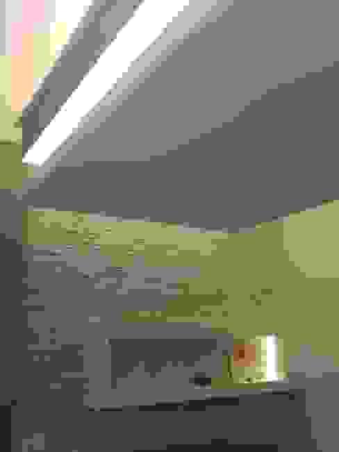 Camera da letto: particolare del contro soffitto e della parete di testata del letto Camera da letto moderna di Luca Palmisano Architetto Moderno
