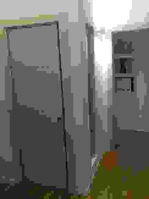 Camera da letto: dettaglio della zona guardaroba Camera da letto moderna di Luca Palmisano Architetto Moderno