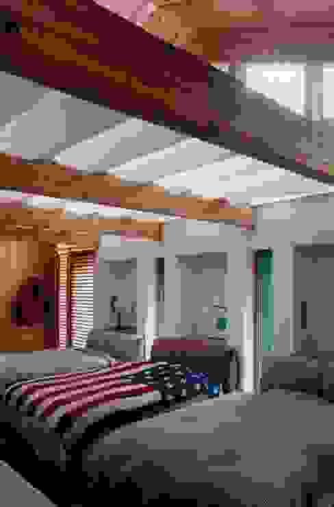 寝室 コロニアルスタイルの 寝室 の homify コロニアル 木 木目調