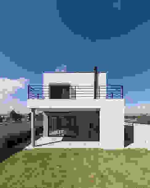 Minimalist house by Taguá Arquitetura Minimalist
