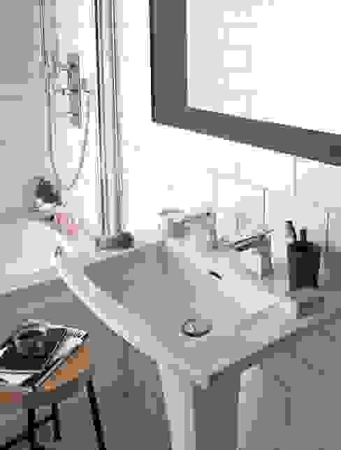 Blenheim basin with Hemsby basin taps in rose gold Baños de estilo clásico de Heritage Bathrooms Clásico