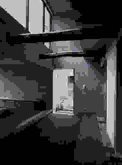 レトロモダン(和モダン)な土間とリビング 根岸達己建築室 クラシカルスタイルの 玄関&廊下&階段 無垢材 ブラウン