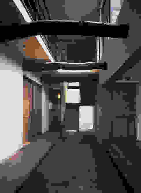 新築なのに懐かしい空間 根岸達己建築室 クラシカルスタイルの 玄関&廊下&階段 無垢材 ブラウン