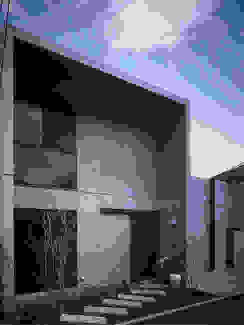 門構えのコンクリート打ち放しの外観 根岸達己建築室 クラシカルな 家 コンクリート 灰色