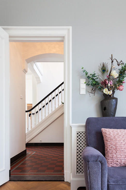 Classic style corridor, hallway and stairs by ML Interieurarchitectuur Classic