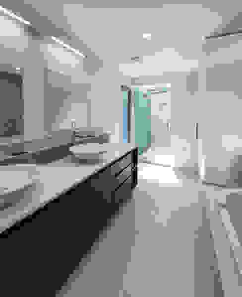 Banheiros modernos por ARCHI-TEXTUAL, PLLC Moderno
