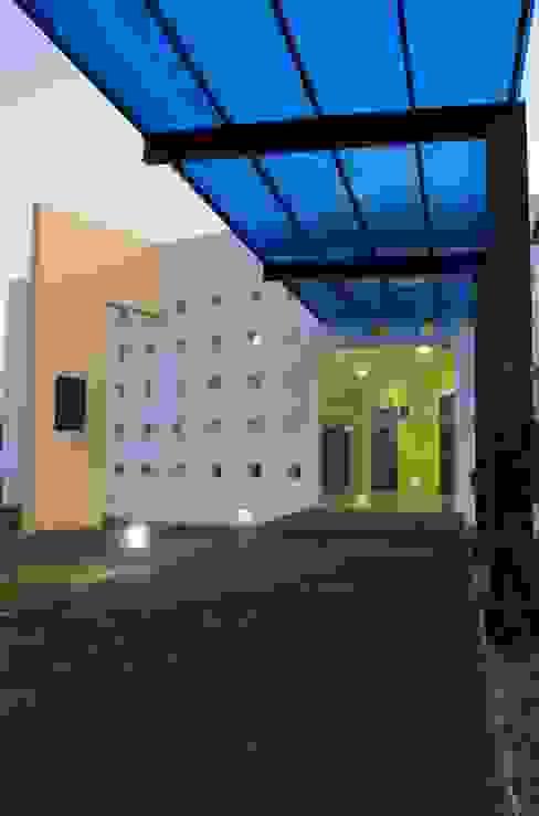 Velatorio de la Unión de Taxis de Tabasco (entrada) ARQ. FELIPE OCAMPO MONTEJO Espacios comerciales de estilo moderno Concreto reforzado Amarillo