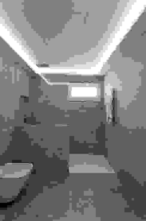 Casas de banho modernas por Raul Garcia Studio Moderno