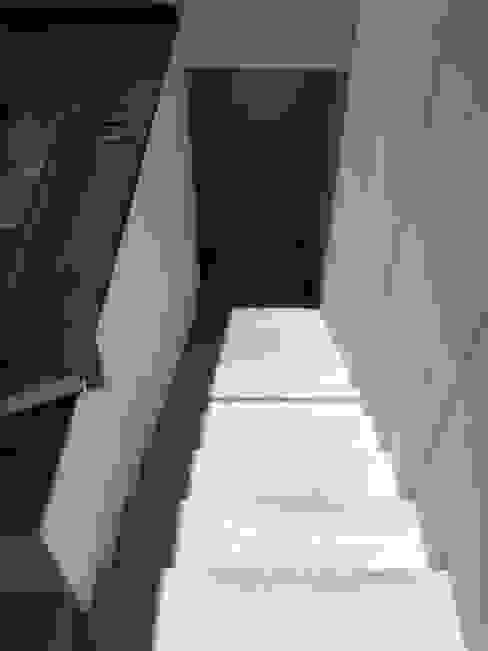 Pasillos y vestíbulos de estilo  por Arquitectura-Construcciòn Godwin, Moderno
