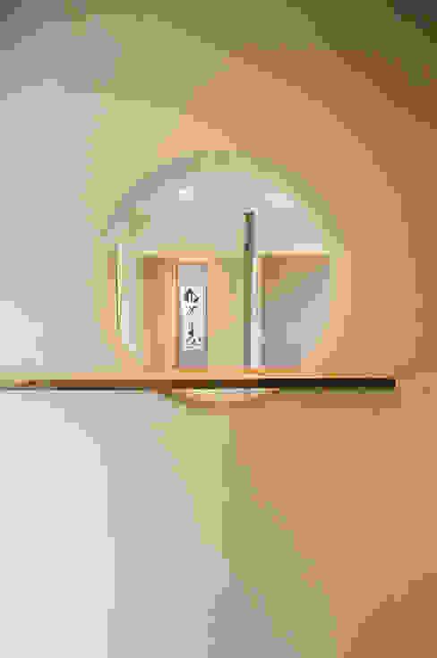 丸窓からは和室の床の間が見えます。: 高松設計事務所が手掛けた和室です。