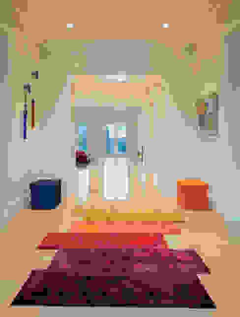 Pasillos, vestíbulos y escaleras de estilo moderno de FORMA Design Inc. Moderno