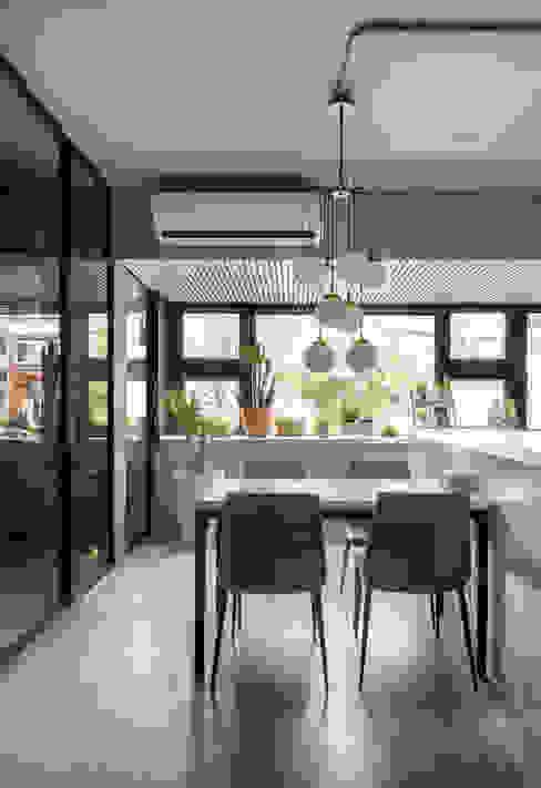 Minimalist dining room by 磨設計 Minimalist