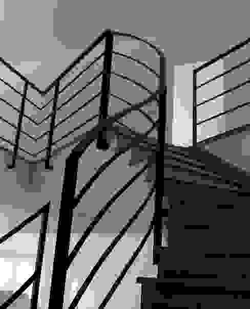 Escalier grès couleur béton par h(O)me attitudes by Sylvie Grimal Industriel Béton