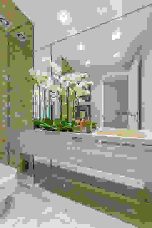 Modern bathroom by Chris Brasil Arquitetura e Interiores Modern