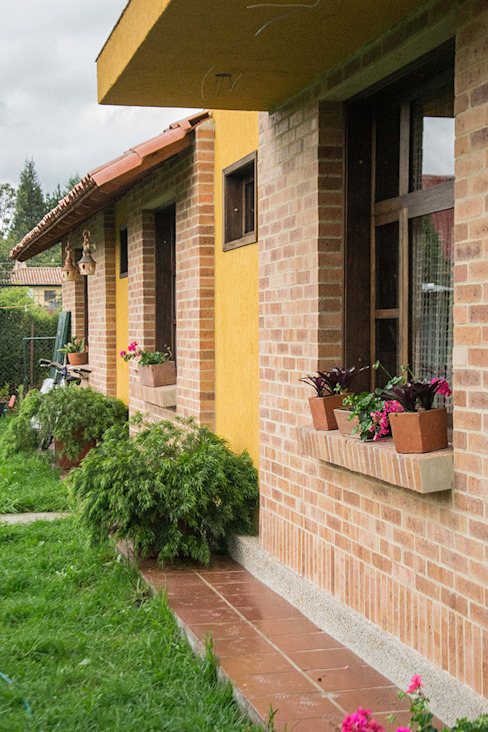 Country style house by Ensamble de Arquitectura Integral Country Bricks