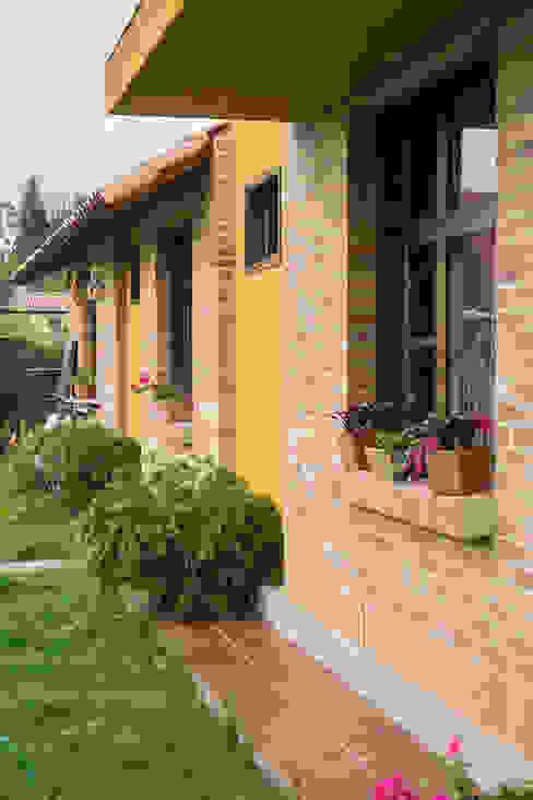 Houses by Ensamble de Arquitectura Integral, Country Bricks
