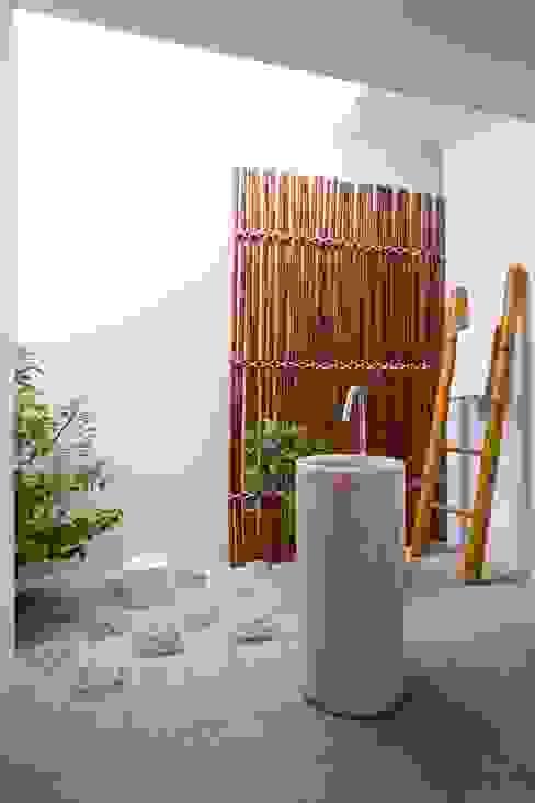 M11 House Phòng tắm phong cách hiện đại bởi a21studĩo Hiện đại
