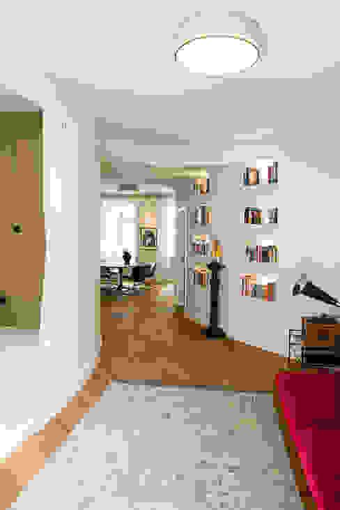 APARTMENT BERLIN II Moderne Wohnzimmer von THE INNER HOUSE Modern Holz Holznachbildung