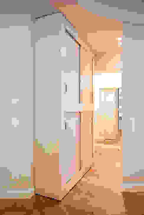APARTMENT BERLIN II Moderner Flur, Diele & Treppenhaus von THE INNER HOUSE Modern Holz Holznachbildung