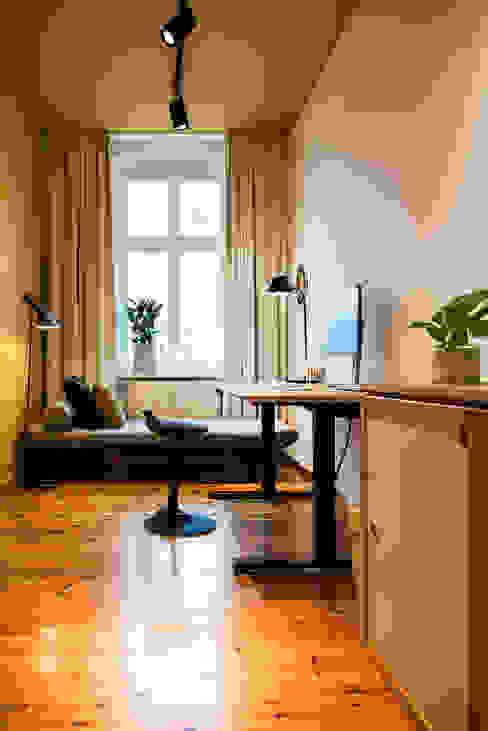 Phòng học/văn phòng phong cách hiện đại bởi THE INNER HOUSE Hiện đại