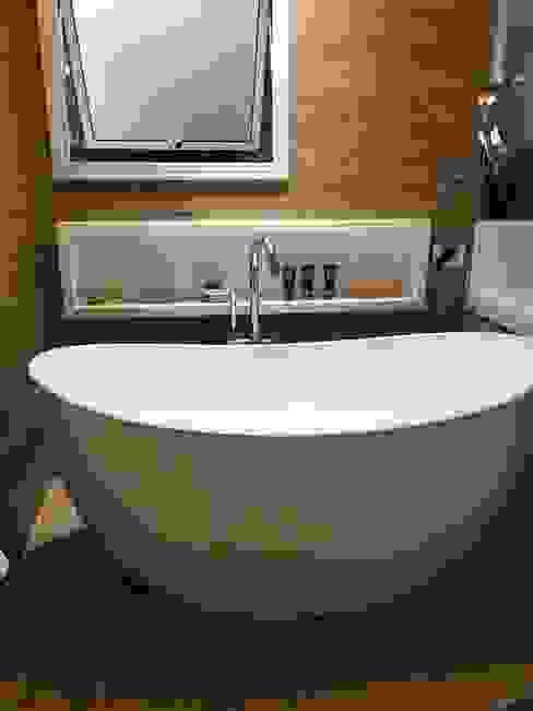 Banheiro com piso aquecido, bacia inteligente, banheira de imersão e chuveiro duplo! Juliana Matos Arquitetura e Interiores Banheiros modernos Efeito de madeira