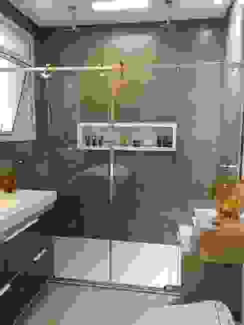 Banheiro com piso aquecido, bacia inteligente, banheira de imersão e chuveiro duplo! Juliana Matos Arquitetura e Interiores Banheiros modernos